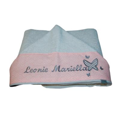Babyhandtuch mit Namen und Schmetterlingen in grau und rosa Lieblingsstücke