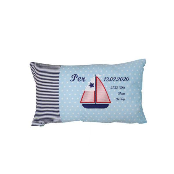 Kissen mit Segelboot und Namen sowie Daten zur Geburt von Lieblingsstücke 433